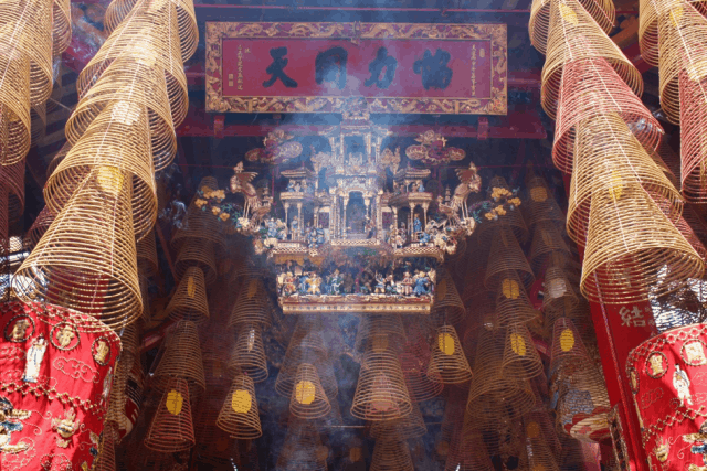 Khói hương tỏa nghi ngút trong gian thờ