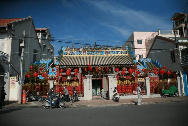 Ngôi chùa nằm lọt thỏm trên một con phố