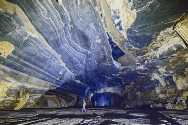 Địa hình núi đá ở bên trong hang Tú Làn 01