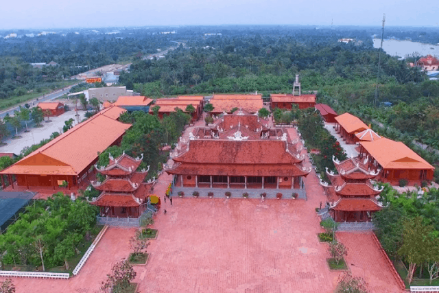 Khuôn viên rộng lớn gồm nhiều khu công trình