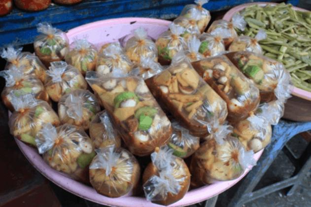 Đồ ăn vặt nổi tiếng trong chợ Hoàng Hoa Thám (Ảnh ST)