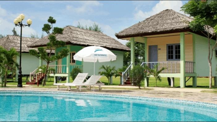 Bể bơi riêng dành cho du khách ở nhà rông