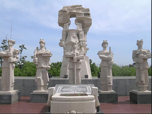 Những bức tượng tượng trưng cho các vị liệt sĩ đã ngã xuống ở đây