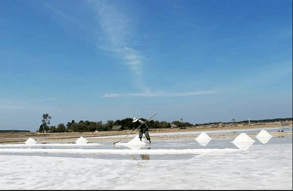 Công việc làm muối của người dân đảo Thạnh An