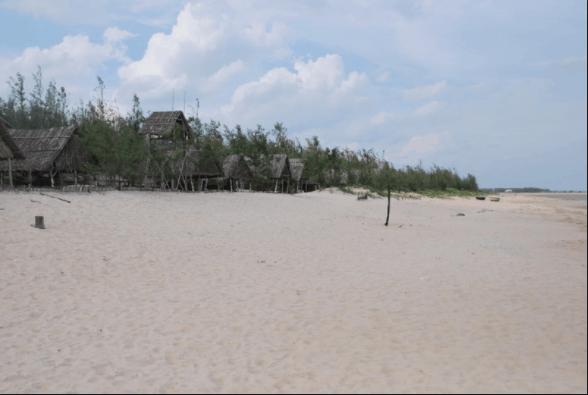 Triền cát trắng xoá trải dài dọc bãi biển
