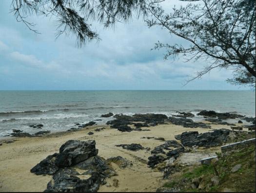 Những bờ đá tạo nên vẻ hoang sơ cho biển