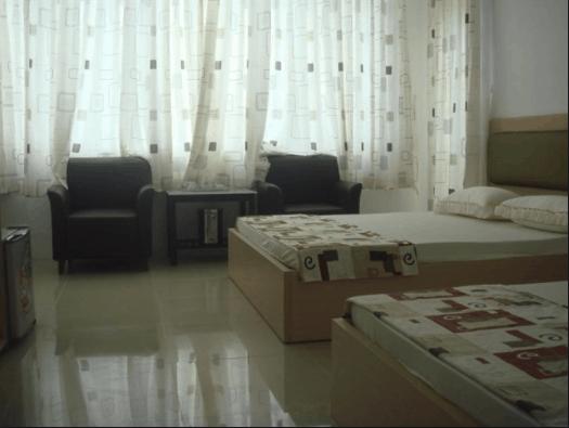 Phòng ngủ đầy đủ nội thất và sáng sủa