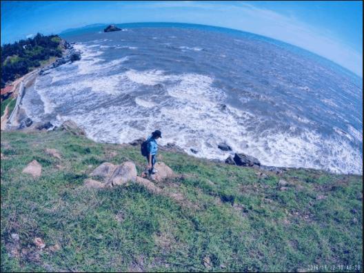 Sóng liên tục xô bờ ở bãi Vọng Nguyệt