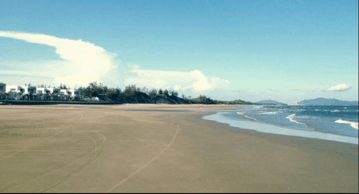 Bãi cát trải dài thích hợp tổ chức các trò chơi bãi biển