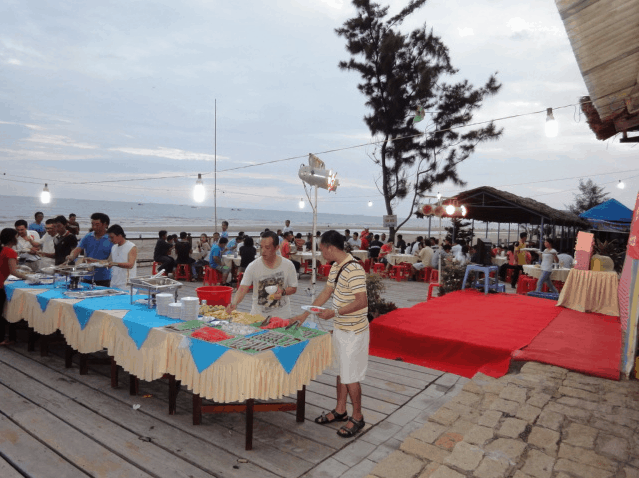 Nhà hàng Marina tổ chức tiệc buffet ngay cạnh biển dành cho du khách