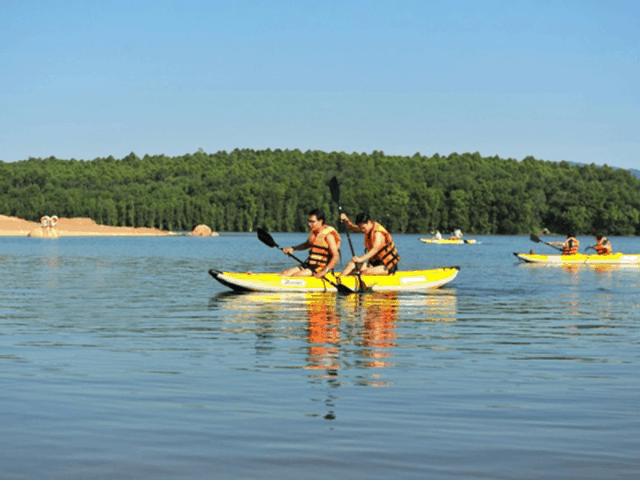 Hoạt động chèo thuyền Kayak thư giãn của khu du lịch