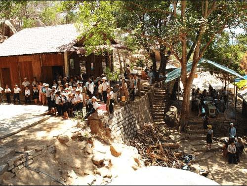 Chùa Khỉ còn là địa điểm các trường học đưa học sinh đến tham quan