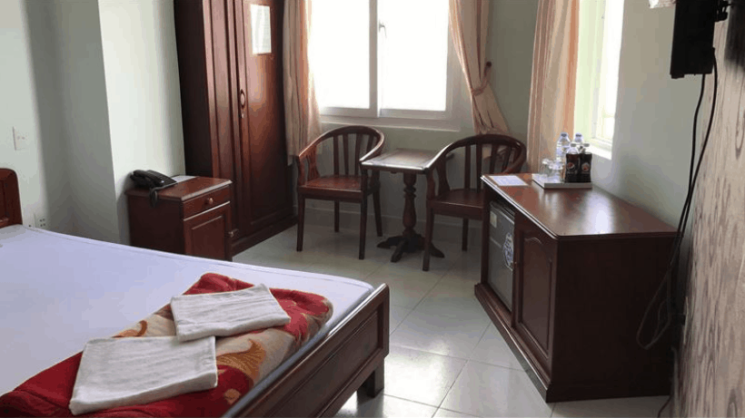 Phòng ngủ đầy đủ nội thất của khách sạn