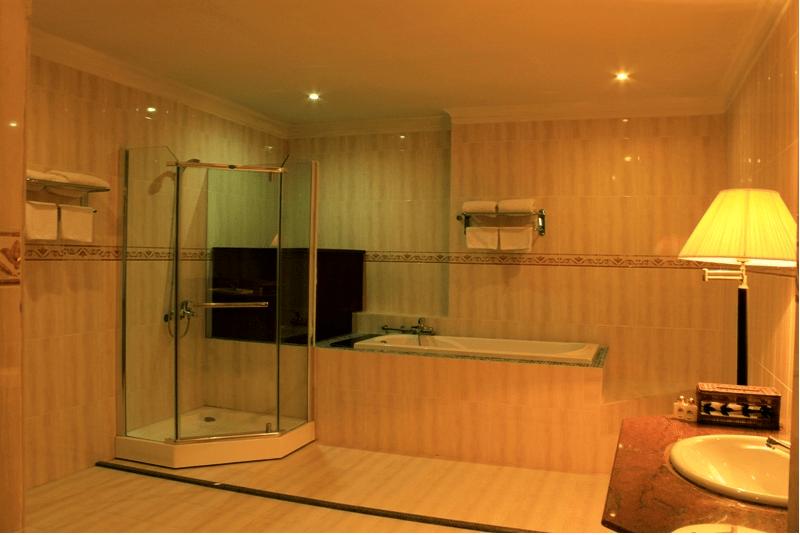 Phòng tắm với nội thất hiện đại giúp du khách thư giãn ngay cả khi tắm
