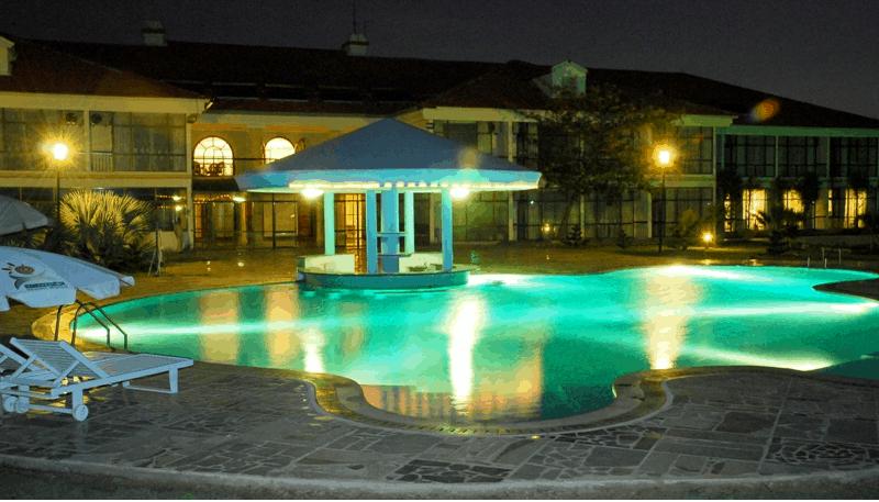 Hồ bơi dành cho du khách nghỉ ngơi ở khách sạn Paradise