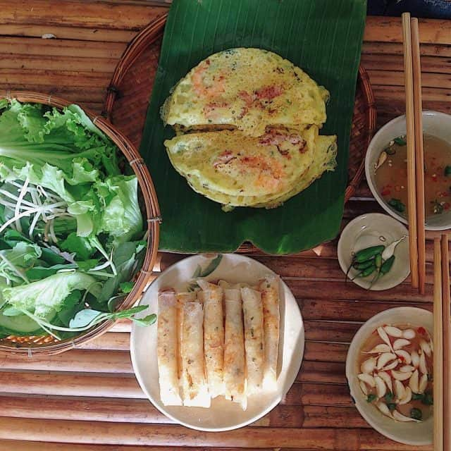Bánh xèo ăn kèm với rau sống và nước mắm pha ớt, tỏi Lý Sơn (Ảnh: Sưu tầm)