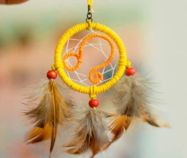 Các chiếc lông gà buộc trên tấm bùa thể hiện cho tín ngưỡng tôn giáo bộ tộc ngườiOjibwa và đây được coi là linh vật của họ.