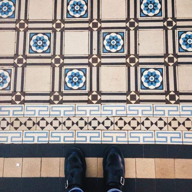 Sàn gạch màu kem sáng bóng làm không gian nơi đây trở nên rộng lớn, thoáng mát
