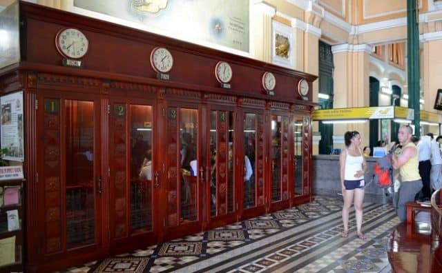 Những hòm thư cổ và các bốt điện thoại xưa khiến du khách được hoài niệm về một thời đã qua