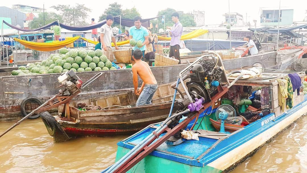 Nhịp sống rất tất bật của người dân nơi chợ nổi Cái Răng