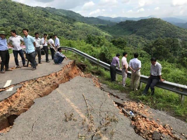 Mưa lớn gây chia cắt đường làm ảnh hưởng lưu thông