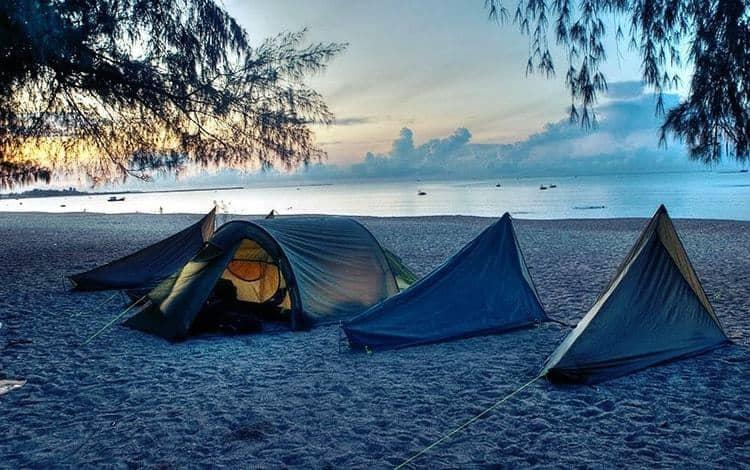 Bạn còn có thể thuê trại để cắm ngủ qua đêm trên bãi biển