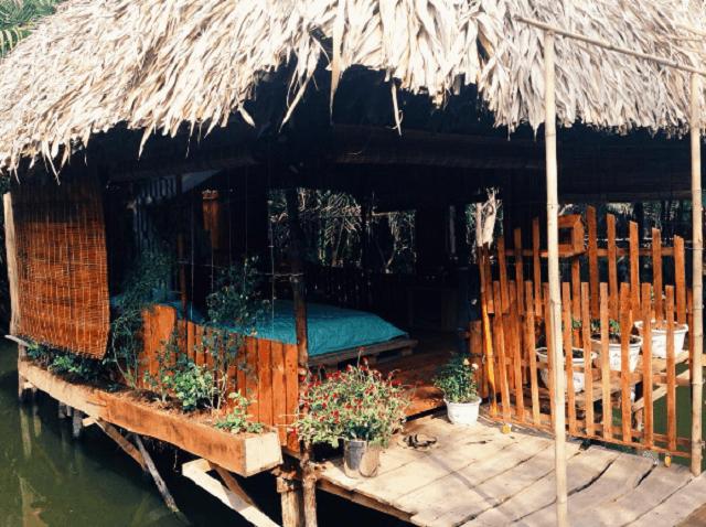hững căn nhà chòi nổi trên mặt nước khiến du khách vô cùng thích thú