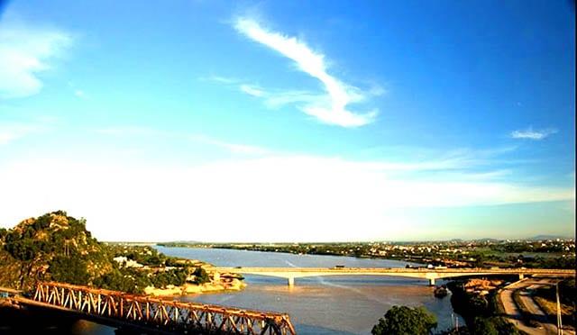 Cầu Hàm Long nằm ngay cạnh cầu Hàm Rồng