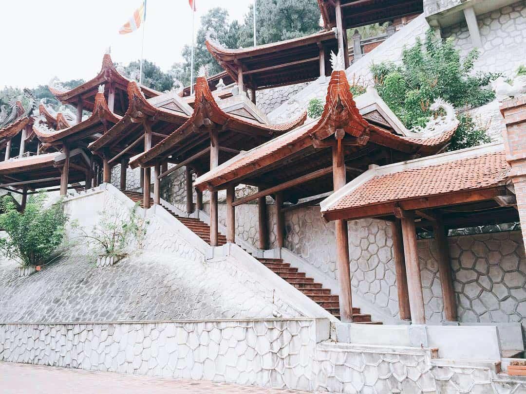 Lối đi lên chùa Non Nước
