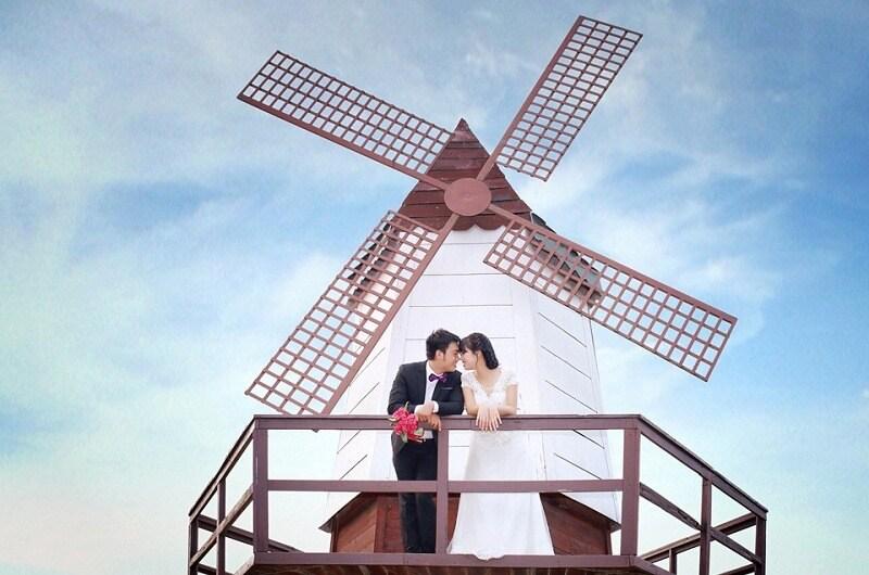 Chụp ảnh cưới bên cối xay gió phong cách châu Âu