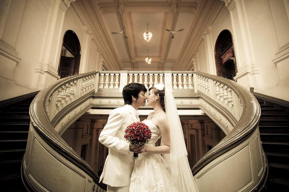 Hình ảnh cưới của cặp đôi bên trong nhà hát lớn Hà Nội
