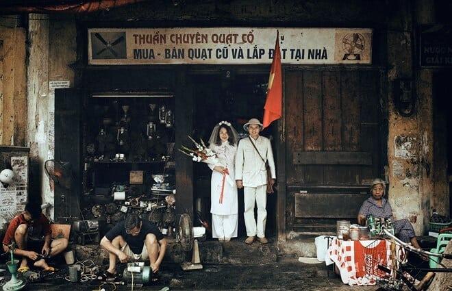 Hình ảnh cặp đôi tái hiện hình ảnh bao cấp trên con phố cổgợi nhớ về 1 Hà Nội xưa