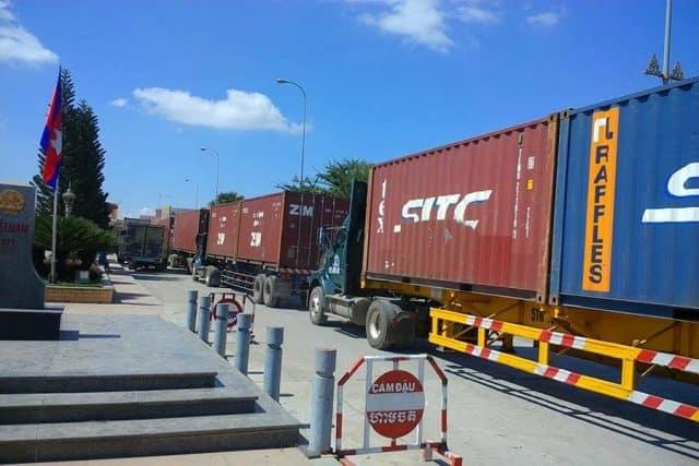 Xe container chờ làm thủ tục tắc dài tại cửa khẩu quốc tế Mộc Bài