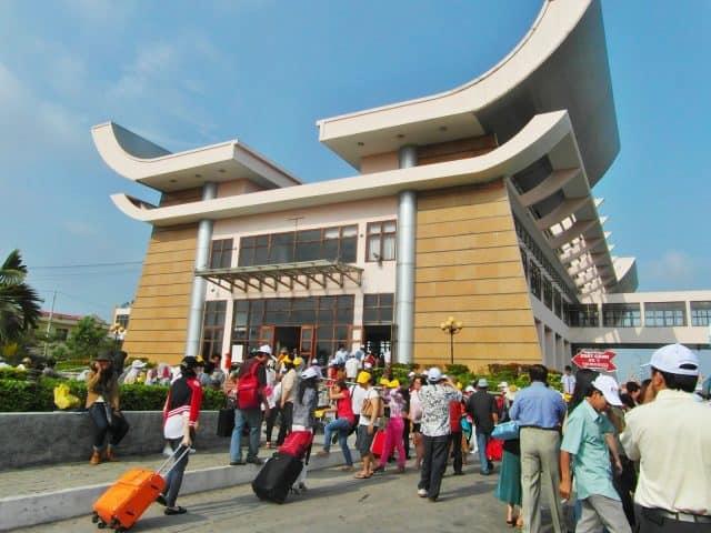 Rất đông hành khách đợi làm thủ tục xuất nhập cảnh tại cửa khẩu quốc tế