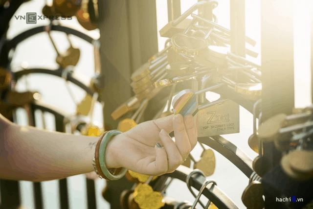 Những ổ khóa tượng trưng cho tình yêu vĩnh cửu ở cầu Tình Yêu Đà Nẵng