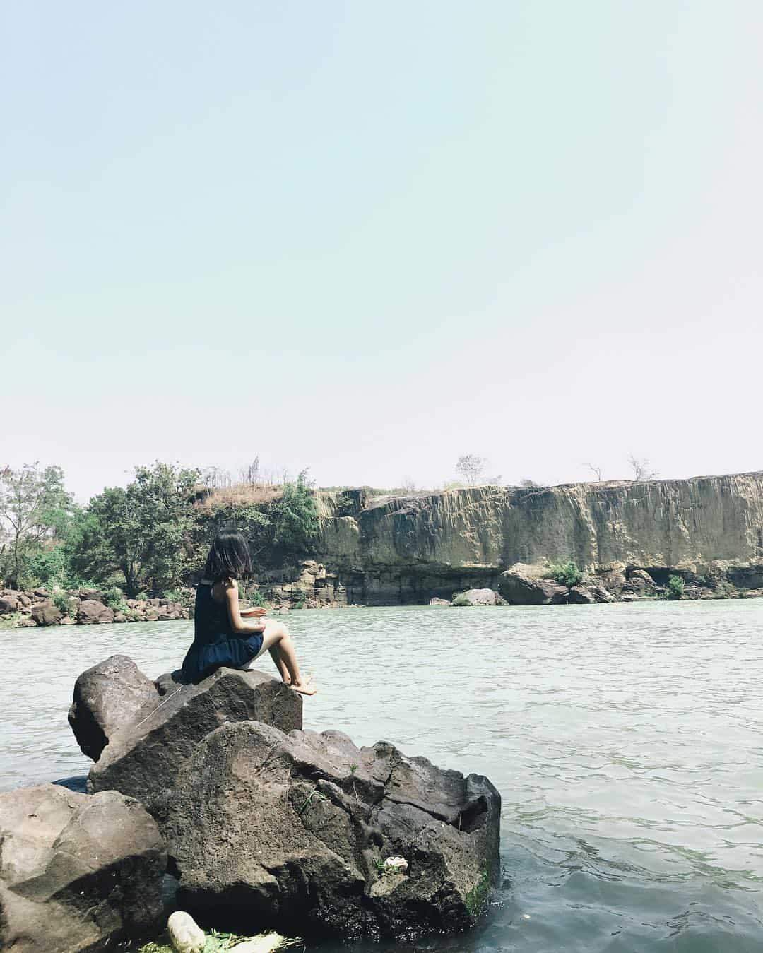 Ngồi trên một mỏm đá và chiêm ngưỡng khung cảnh thác Dray Sap xinh đẹp
