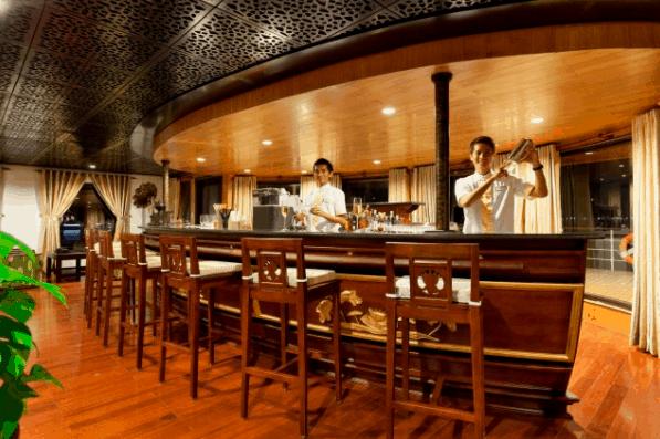 Du khách sẽ được thưởng thức những đồ uống ngon trên tàu Amalotus