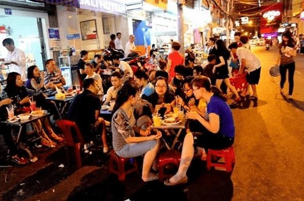 Du khách thoải mái ăn uống tại phố tây Bùi Viện