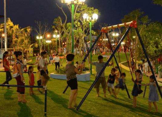 Hình ảnh gia đình vui vẻ, nô đùa bên nhau tại công viên