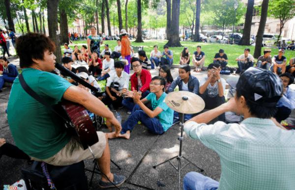 Công viên là nơi để các bạn trẻ vui chơi ca hát