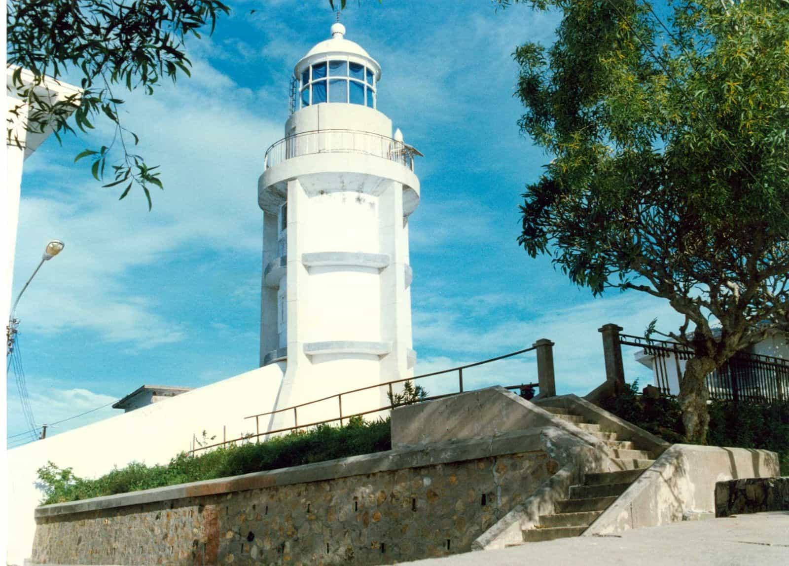Nằm trên đỉnh núi Nhỏ, được khởi dựng vào năm 1862 và xây lại vào năm 1913, ngọn hải đăng vẫn giữ nguyên được kiểu dáng, kiến trúc cổ điển, là một trong những hải đăng cổ xưa nhất Việt Nam và Đông Nam Á