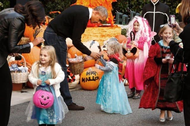 Tặng kẹo cho trẻ nhỏ ngày Halloween