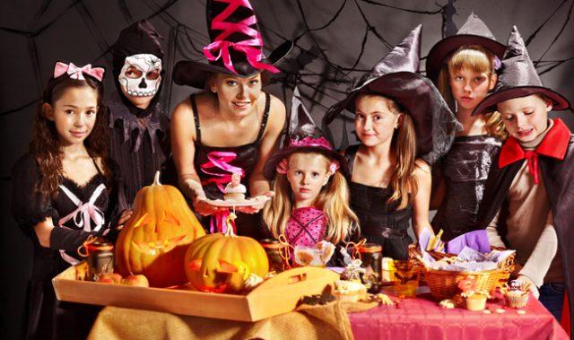 tối halloween tổ chức tiệc với bạn bè