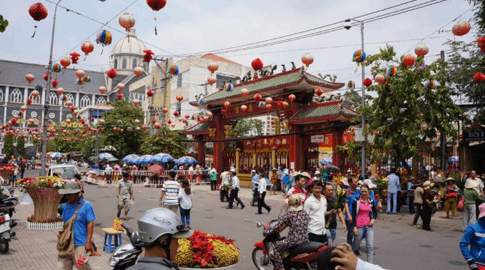 Có hàng ngàn người đổ về lễ hội chùa Bà Thiên Hậu