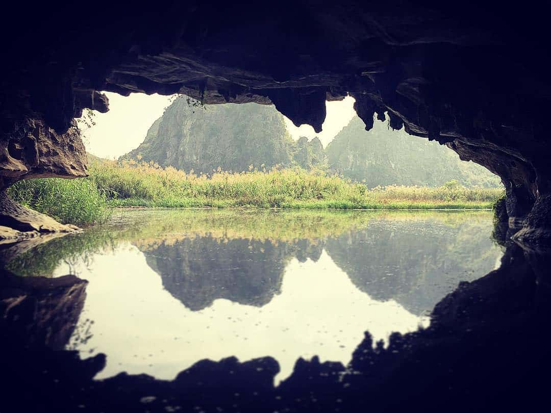Bên trong hang động