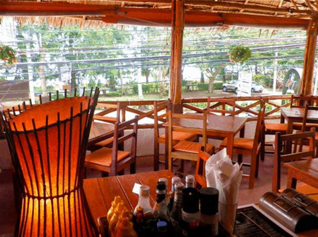 Không gian ấm cúng ở Coconut Restaurant and Bar