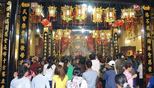 Hình ảnh lễ bái bên trong chùa Bà Thiên Hậu