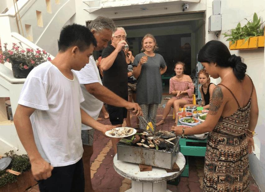 Không gian sân vườn rộng rãi cho phép khách du lịch tự do nấu nướng mở tiệc (Ảnh ST)