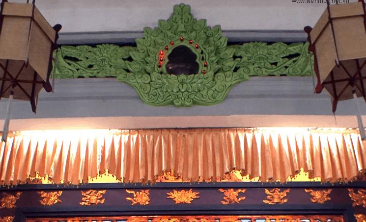 Hình ảnh ngọc Xá Lợi được đặt ngay trên tượng phật