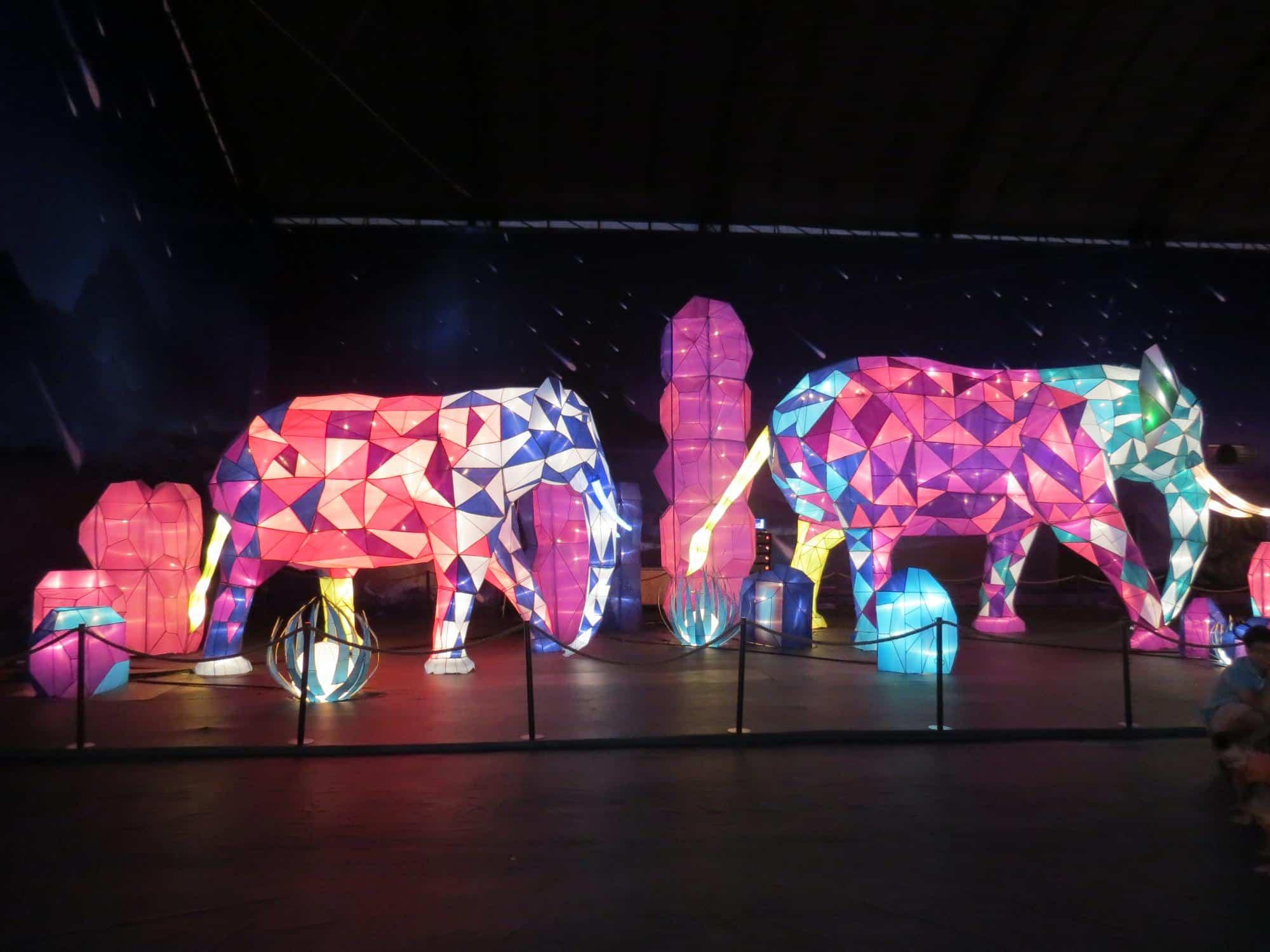 Một góc chụp khác của lồng đèn hình con voi